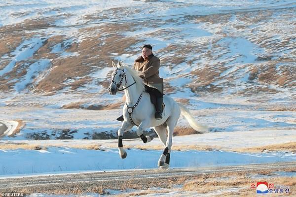 تصاویر و ویدیو، کیم سوار بر اسب در کوه مقدس؛ آیا تصمیم مهمی در راه است؟